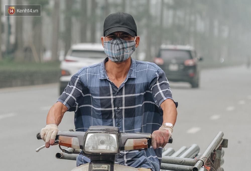 Chùm ảnh: Một ngày sau cơn mưa vàng, đường phố Hà Nội lại chìm trong bụi mù-9