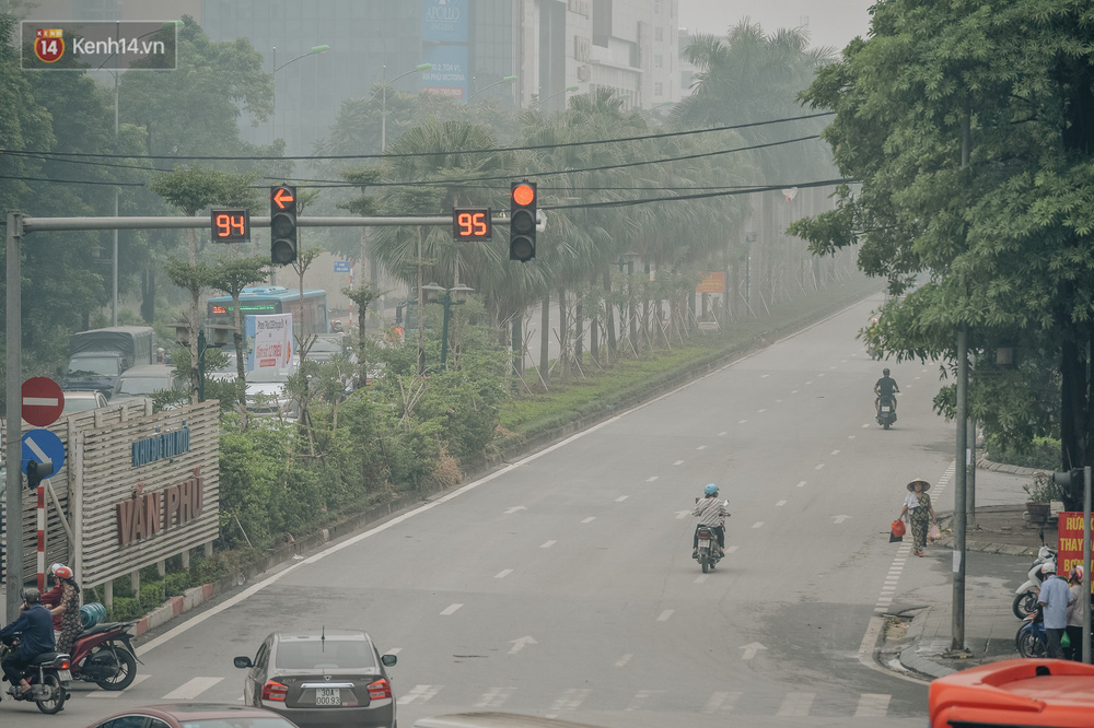 Chùm ảnh: Một ngày sau cơn mưa vàng, đường phố Hà Nội lại chìm trong bụi mù-13