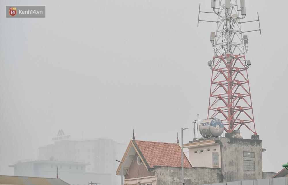 Chùm ảnh: Một ngày sau cơn mưa vàng, đường phố Hà Nội lại chìm trong bụi mù-12