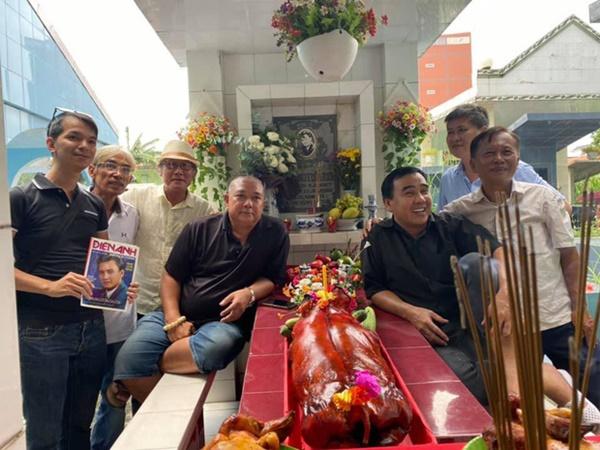Xúc động hình ảnh Quyền Linh cùng bạn bè đến thăm mộ nhân 23 năm ngày mất của Lê Công Tuấn Anh-2
