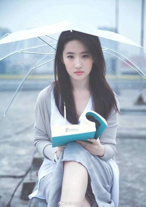 Không phải Triệu Vy, Lâm Tâm Như, Thần tiên tỷ tỷ Lưu Diệc Phi sống tình nghĩa nhất showbiz-1