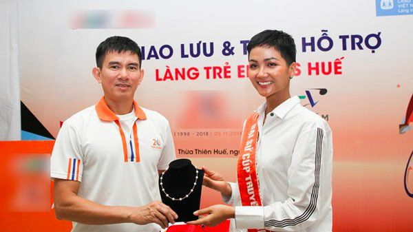 Sau H'Hen Niê bán dây chuyền vàng, Đỗ Mỹ Linh cũng bán đồng hồ nửa tỉ để làm từ thiện-14