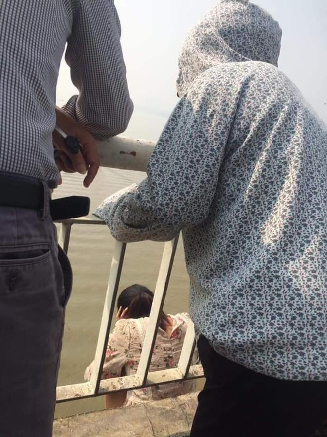 Người phụ nữ bỏ con, trèo qua thành cầu Chương Dương định tự tử, dân mạng liên tục cập nhật diễn biến-2
