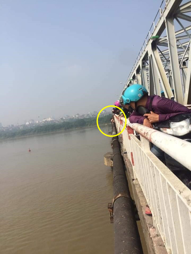 Người phụ nữ bỏ con, trèo qua thành cầu Chương Dương định tự tử, dân mạng liên tục cập nhật diễn biến-3