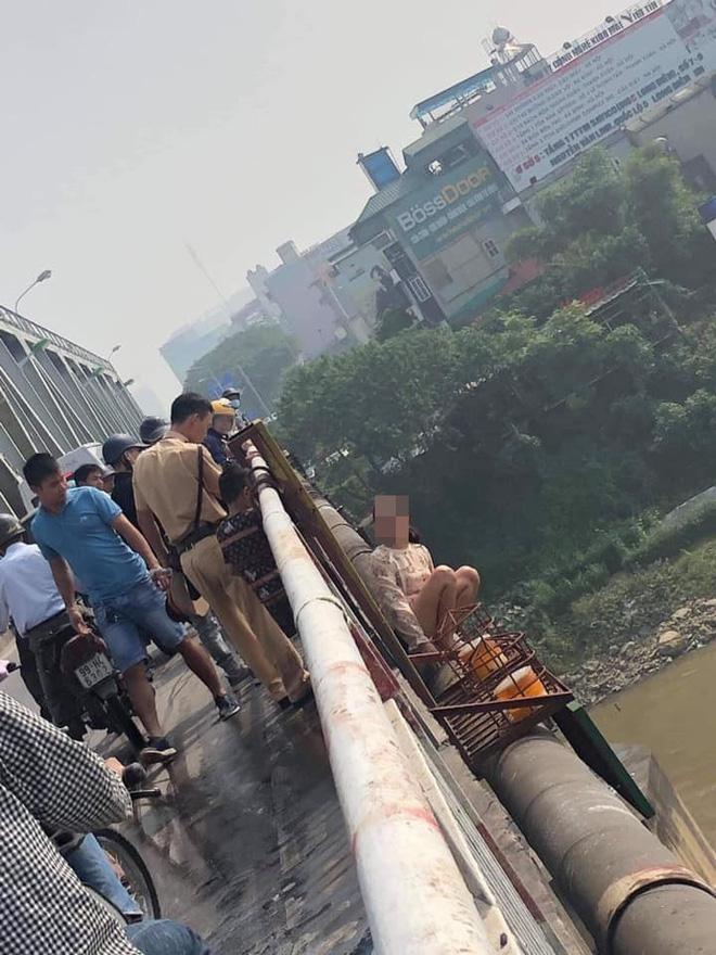 Người phụ nữ bỏ con, trèo qua thành cầu Chương Dương định tự tử, dân mạng liên tục cập nhật diễn biến-4