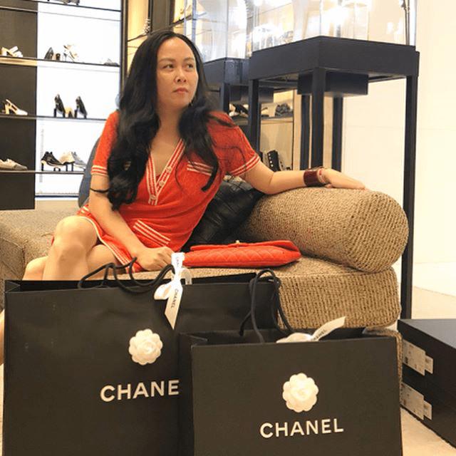 Vung tay mua hàng hiệu không tiếc, Phượng Chanel vẫn mặc lại những bộ cánh sến súa-1