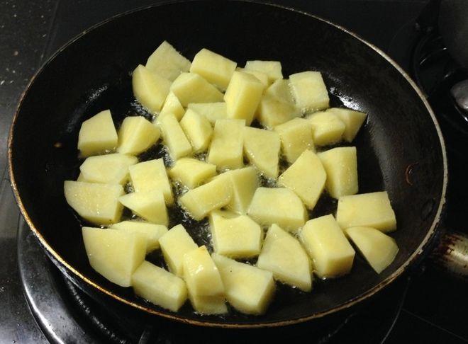 Muốn xào khoai tây thơm ngon mà không dính chảo cứ làm theo cách này, đảm bảo ai cũng phải khen-2