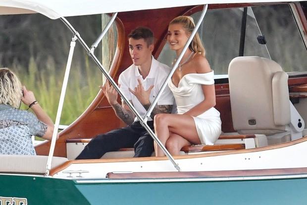 """Chiếc váy trả thù"""" của công nương Diana được đồn đoán chính là nguồn cảm hứng cho váy cưới tuyệt đẹp của Hailey Bieber-1"""