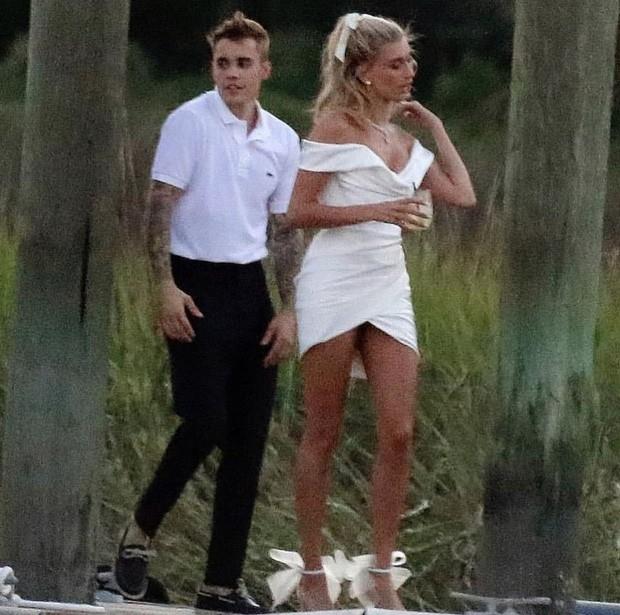 """Chiếc váy trả thù"""" của công nương Diana được đồn đoán chính là nguồn cảm hứng cho váy cưới tuyệt đẹp của Hailey Bieber-2"""