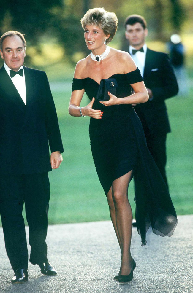 """Chiếc váy trả thù"""" của công nương Diana được đồn đoán chính là nguồn cảm hứng cho váy cưới tuyệt đẹp của Hailey Bieber-4"""