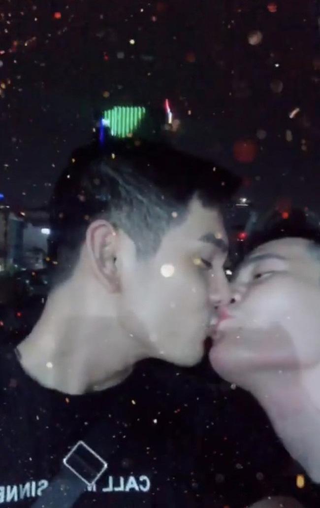 Màn khóa môi đồng giới hot nhất mạng xã hội hôm nay của Sơn Ngọc Minh và bạn trai-1