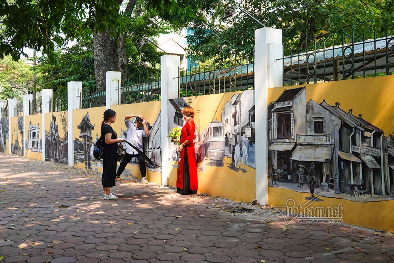 Hà Nội xưa đẹp lạ qua tranh bích họa trên phố-17