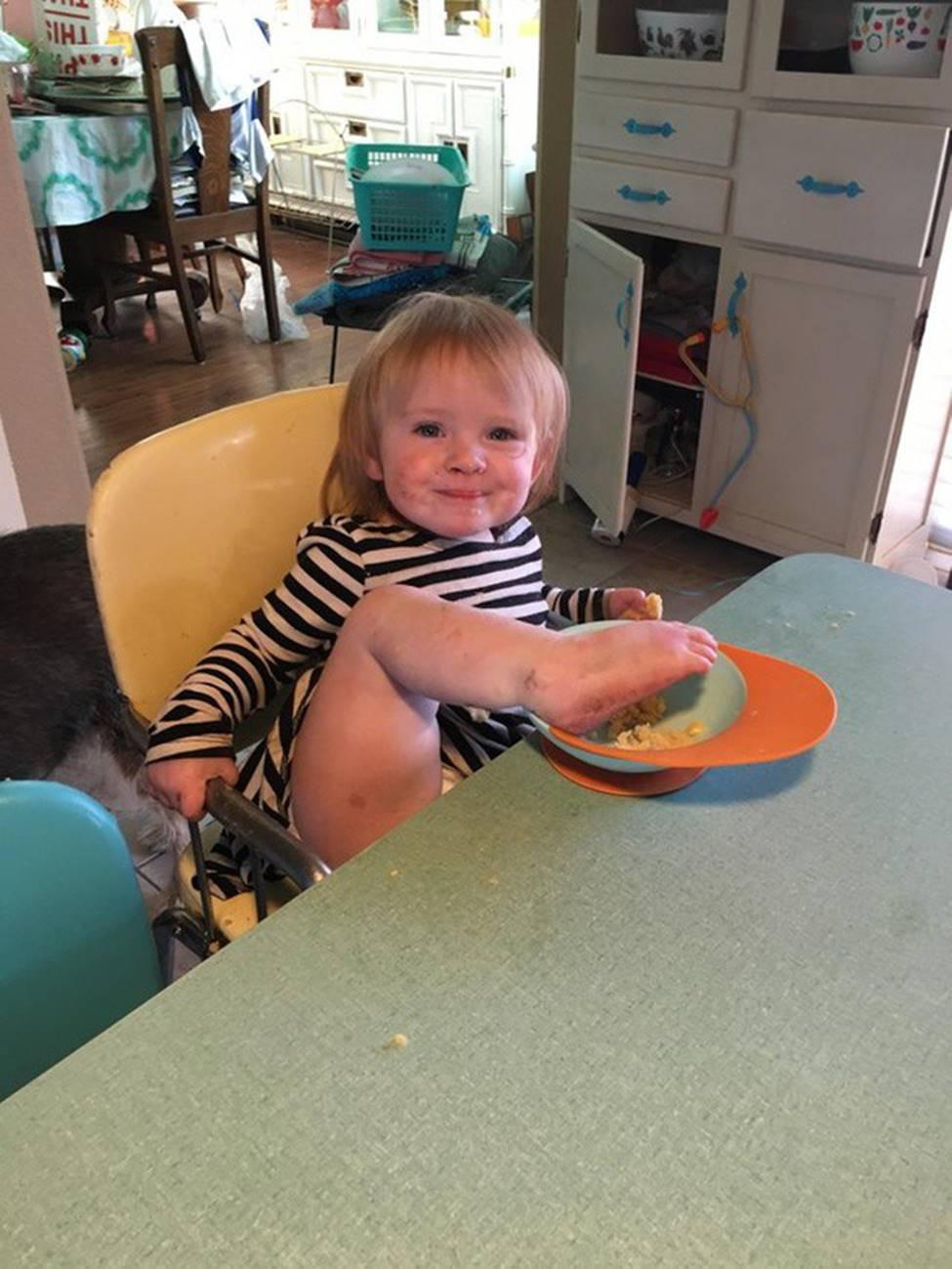 Nhìn cách em bé 2 tuổi thưởng thức kem, dân mạng phải thốt lên: Hóa ra tôi đã ăn kem sai cách cả cuộc đời-3