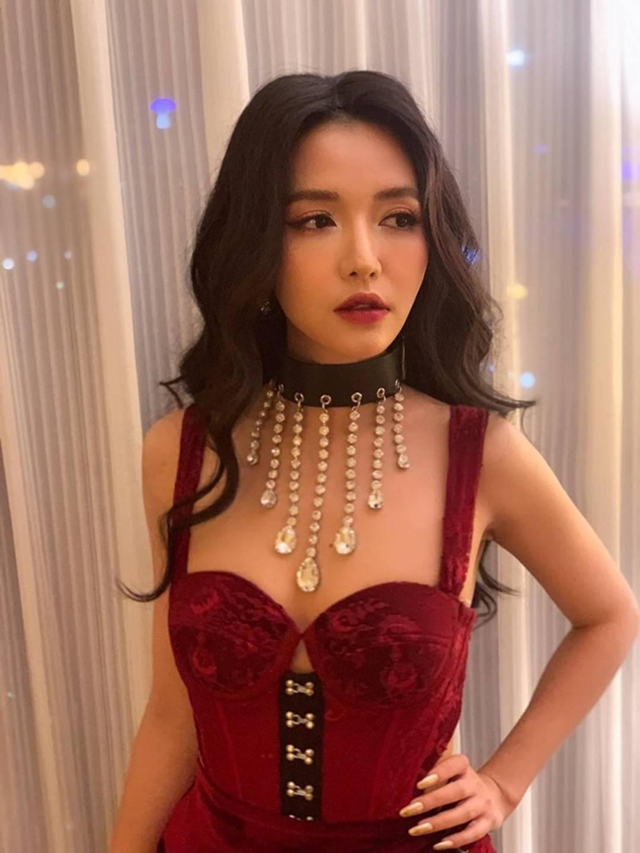 Lâu lâu Bích Phương mới để tóc dài, nhưng dân tình lại thấy như chị em song sinh với công chúa hoa dâm bụt Hòa Minzy-2