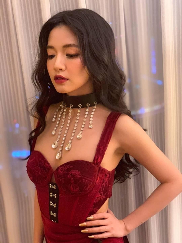 Lâu lâu Bích Phương mới để tóc dài, nhưng dân tình lại thấy như chị em song sinh với công chúa hoa dâm bụt Hòa Minzy-3