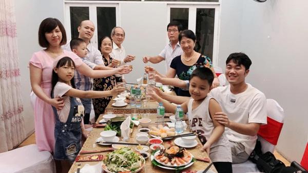Xuân Trường tươi tắn, đón sinh nhật của mẹ cùng gia đình trước khi sang Hàn Quốc phẫu thuật-1