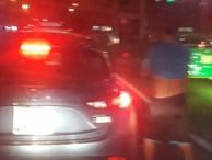 Dừng ô tô tè bậy giữa phố đông người, nam thanh niên bị phạt 900 nghìn đồng