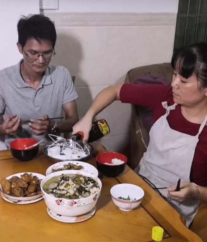 Chồng mải mê xem điện thoại quên cả ăn, vợ cao tay trị ngay tật xấu chỉ nhờ 1 món ăn khó ngờ-2