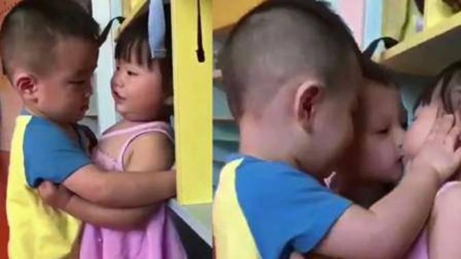 Con đi học cưỡng hôn bạn nữ, bố ê mặt khi bị cô giáo gửi ảnh và chỉ biết lặng lẽ trả lời 1 câu-1