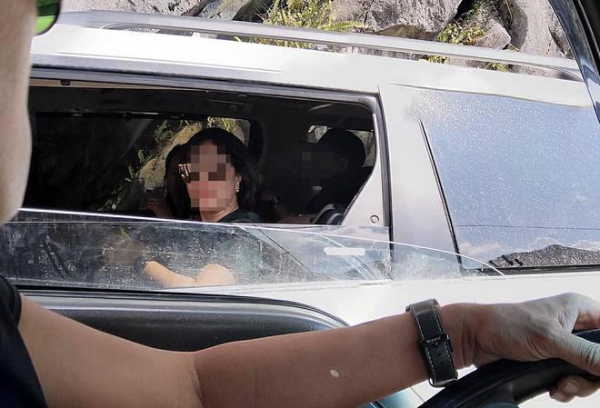 Người phụ nữ ngồi trong ô tô ném kẹo ra cho nhóm trẻ vùng cao: Dân mạng bức xúc-2