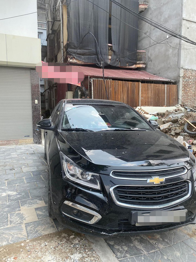 Đỗ ô tô ở vị trí quá hiểm, người chủ xe khiến cả ngõ xôn xao, tức tốc đi tìm-2