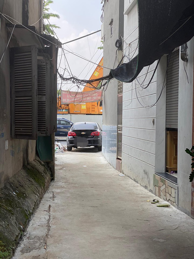 Đỗ ô tô ở vị trí quá hiểm, người chủ xe khiến cả ngõ xôn xao, tức tốc đi tìm-3