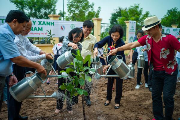 Học sinh Hà Nội nô nức mang vỏ sữa đổi cây xanh-3