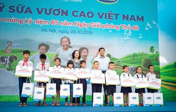 Học sinh Hà Nội nô nức mang vỏ sữa đổi cây xanh-4