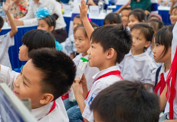 Học sinh Hà Nội nô nức mang vỏ sữa đổi cây xanh-5