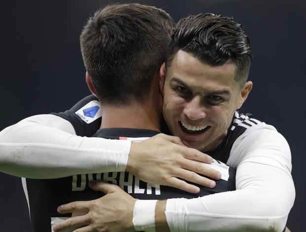 Khoảnh khắc sốc nặng: Ronaldo tình tứ, hôn trộm má anh chàng cầu thủ siêu đẹp trai trước vô số máy quay-3