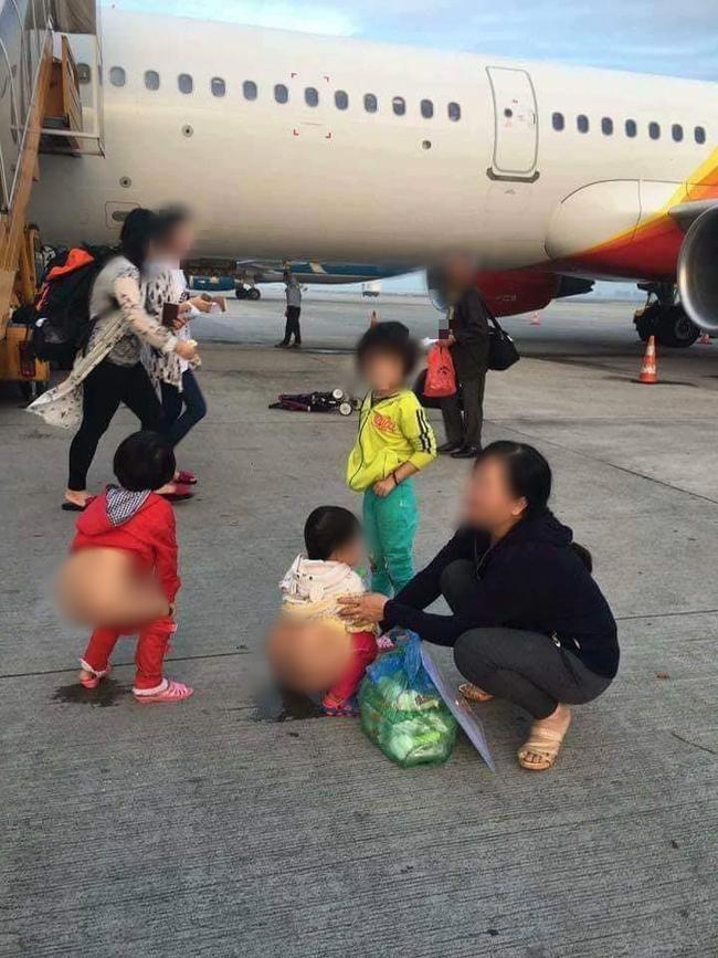 Xôn xao hình ảnh vợ chồng trẻ thản nhiên cho con đi tiểu ngay giữa lối đi tại sân bay-3