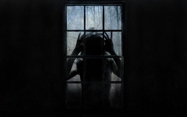 Con gái 4 tuổi thường xuyên nhìn thấy ai đó bên ngoài cửa sổ vào ban đêm, bố mẹ nhói lòng khi tìm ra sự thật-3