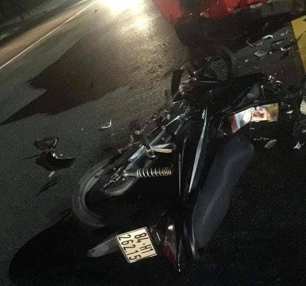 Xe cảnh sát biến dạng sau đối đầu với xe máy, 2 thanh niên bất tỉnh trên đường-2