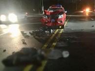 Xe cảnh sát biến dạng sau đối đầu với xe máy, 2 thanh niên bất tỉnh trên đường