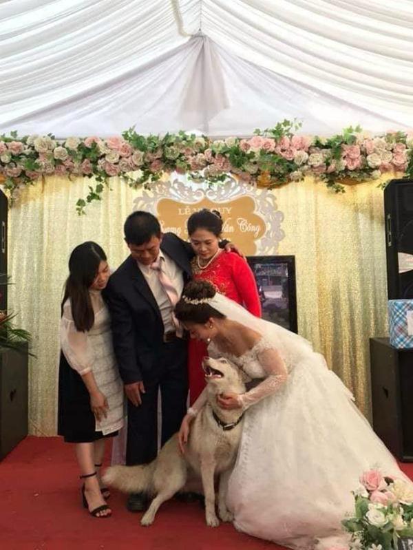 Cô dâu tất tả lao ra đường để mời kẻ thứ ba vào tham dự lễ cưới, biết danh tính ai nấy cũng đều bật cười-3