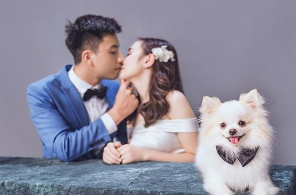 Cô dâu tất tả lao ra đường để mời kẻ thứ ba vào tham dự lễ cưới, biết danh tính ai nấy cũng đều bật cười-6