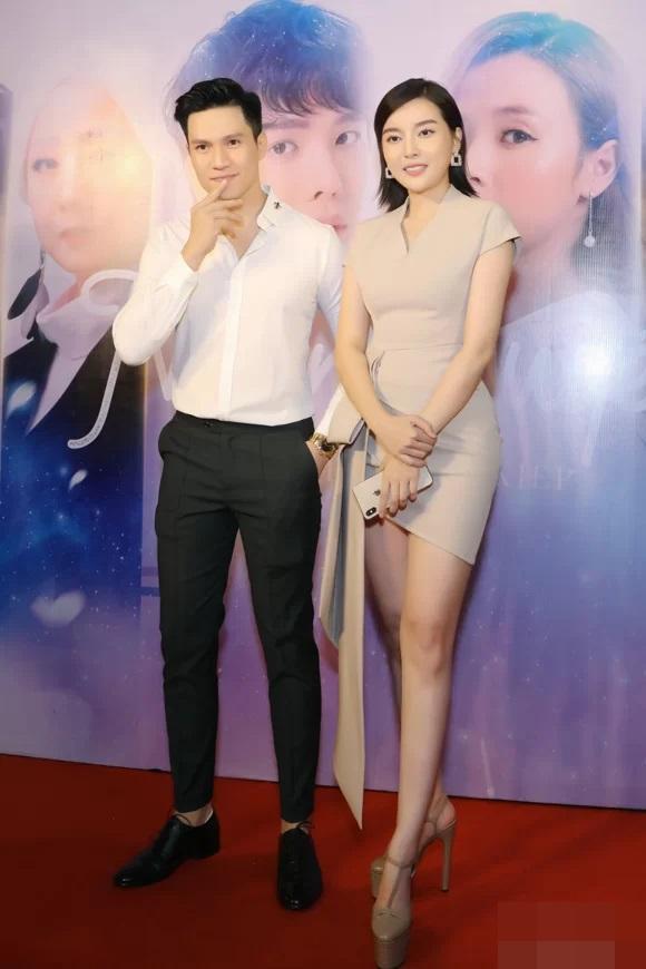 Nhã Phương tự dìm hàng với chiếc đầm lưng dài hơn chân - Phạm Quỳnh Anh mặc váy ngủ đi sự kiện-7
