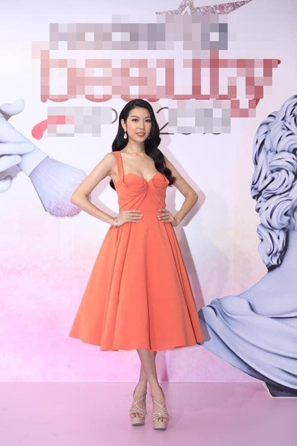Nhã Phương tự dìm hàng với chiếc đầm lưng dài hơn chân - Phạm Quỳnh Anh mặc váy ngủ đi sự kiện-4
