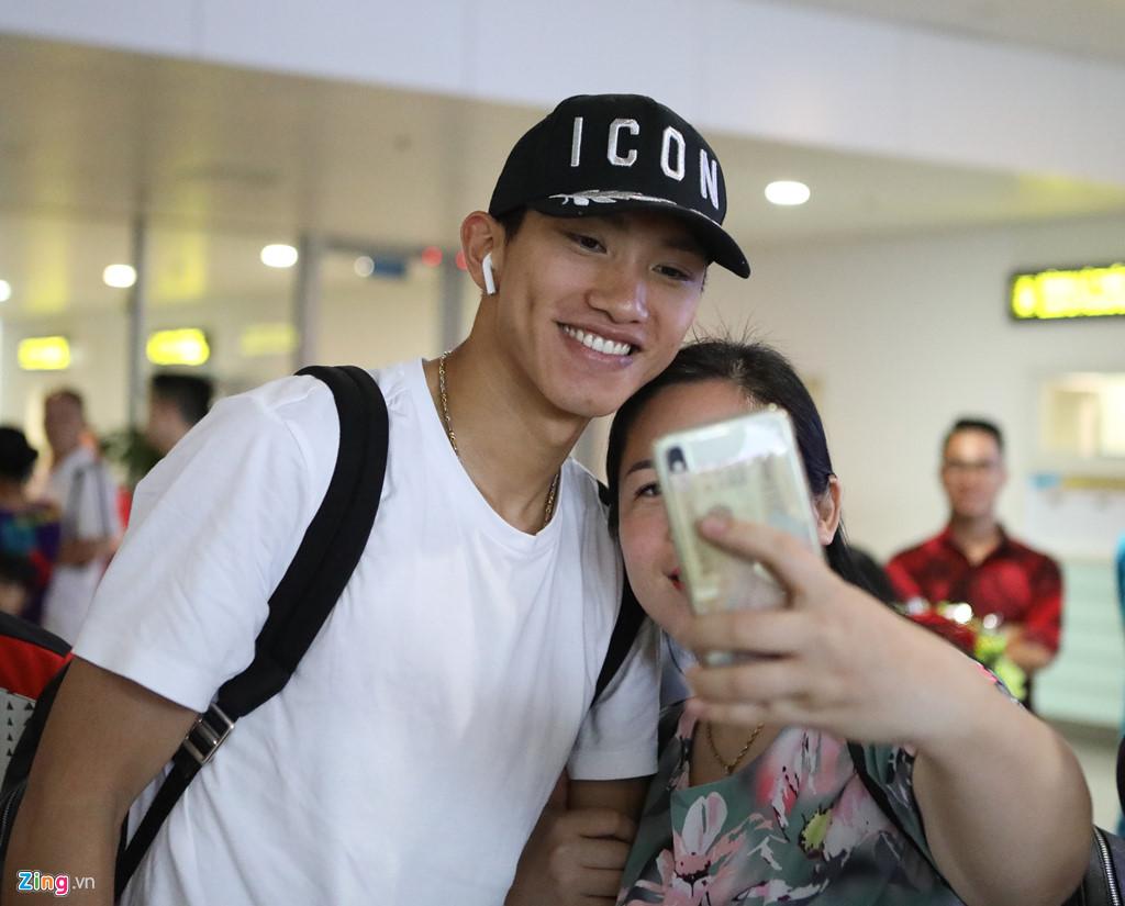 Văn Hậu tươi cười trở về Hà Nội, sẵn sàng đối đầu Malaysia-3