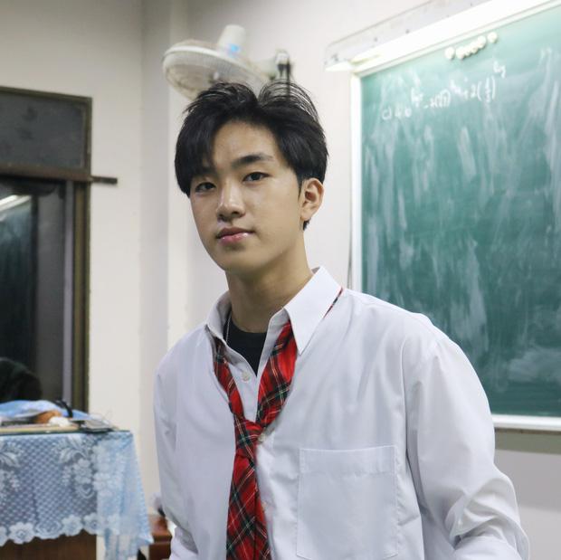 Nam sinh lớp 12 ở Bình Định được hội Ngắm trai đẹp khen hết lời, soi profile càng ngưỡng mộ vì là dân Chuyên Anh-1