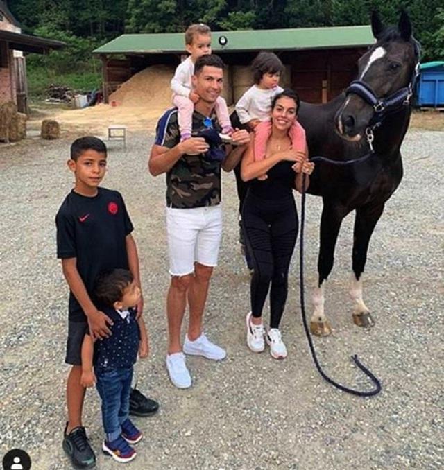 Ngắm hạnh phúc giản dị ngày thường của C.Ronaldo và bạn gái xinh đẹp-5