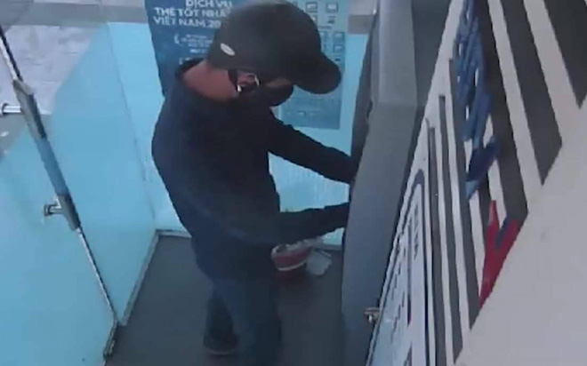 Truy tìm 2 đối tượng lắp camera siêu nhỏ ở cây ATM để đánh cắp thông tin khách hàng-2