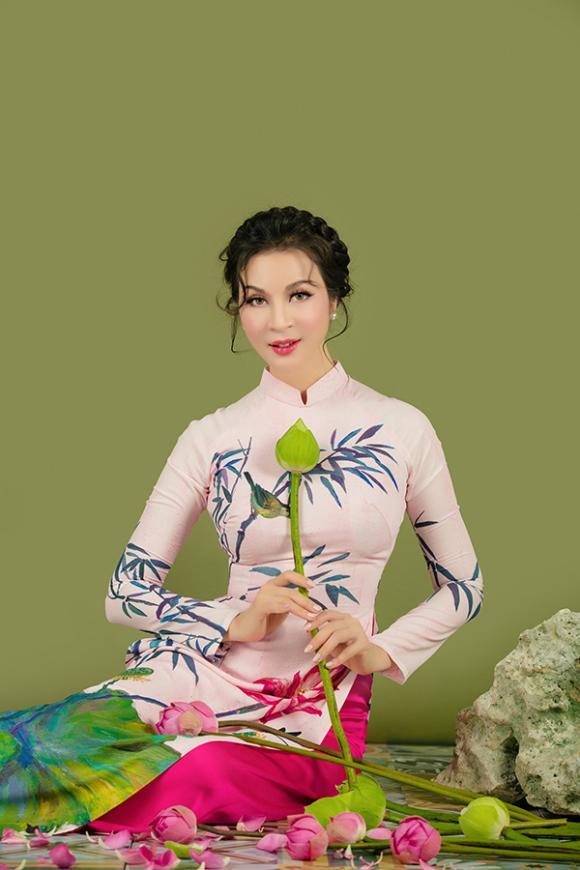 MC Thanh Mai khoe nhan sắc không tuổi với áo dài hoa sen-12