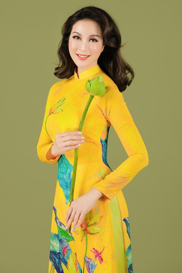 MC Thanh Mai khoe nhan sắc không tuổi với áo dài hoa sen-3