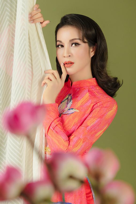 MC Thanh Mai khoe nhan sắc không tuổi với áo dài hoa sen-6
