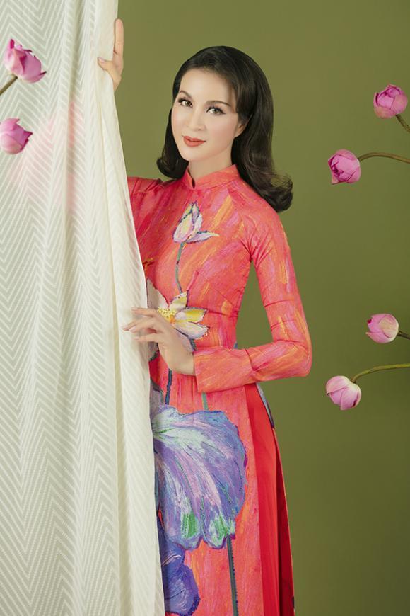 MC Thanh Mai khoe nhan sắc không tuổi với áo dài hoa sen-7