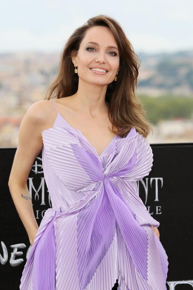 """Angelina Jolie lại chiếm spotlight với diện mạo như nữ thần Hy Lạp khi thay liền 2 bộ đồ từ khó cảm"""" đến gợi cảm-1"""