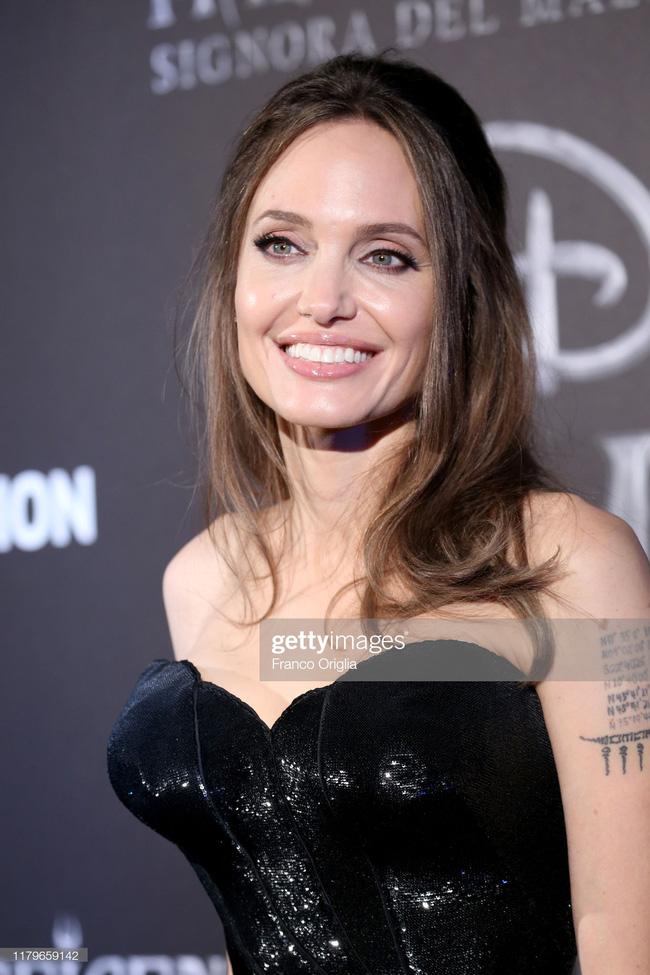 """Angelina Jolie lại chiếm spotlight với diện mạo như nữ thần Hy Lạp khi thay liền 2 bộ đồ từ khó cảm"""" đến gợi cảm-5"""