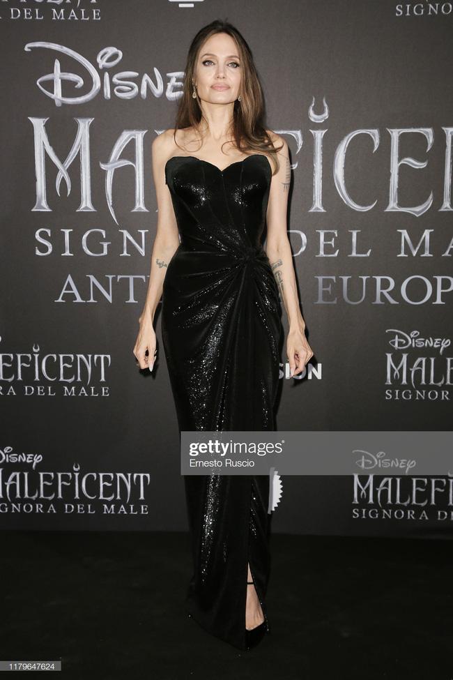"""Angelina Jolie lại chiếm spotlight với diện mạo như nữ thần Hy Lạp khi thay liền 2 bộ đồ từ khó cảm"""" đến gợi cảm-6"""