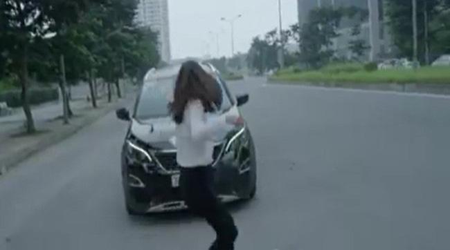 Hoa hồng trên ngực trái: Xót xa cảnh Khuê ôm con rời nhà Thái còn suýt bị ô tô đâm sau ly hôn-4